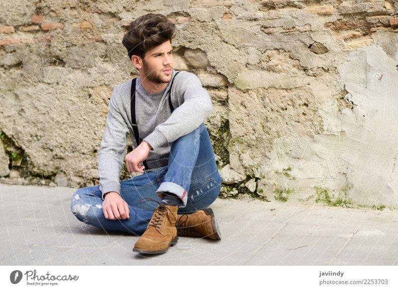 Junger Mann, der auf dem Boden im städtischen Hintergrund sitzt Lifestyle Stil Haare & Frisuren Sommer Mensch maskulin Jugendliche Erwachsene 1 18-30 Jahre