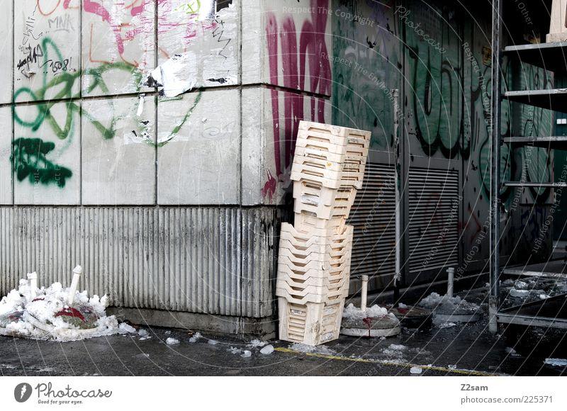 ordnung ist das halbe leben alt dunkel kalt Wand Graffiti Wege & Pfade Zufriedenheit dreckig Fassade Ordnung ästhetisch kaputt Ecke stehen Müll Verfall