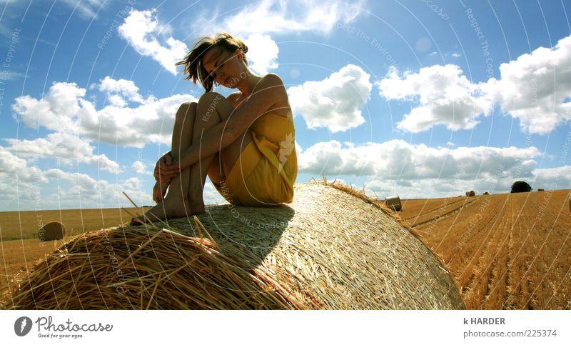 S.O.M.M.E.R Sommer Mensch feminin 1 18-30 Jahre Jugendliche Erwachsene Kleid Denken Erholung genießen hocken sitzen träumen frei frisch schön blau gelb weiß