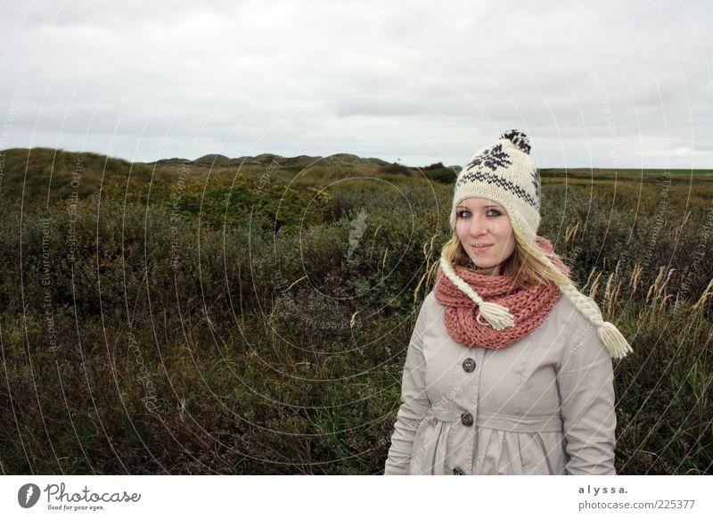 autumn no.2 Junge Frau Jugendliche 18-30 Jahre Erwachsene Natur Sträucher Wiese grau grün Farbfoto Außenaufnahme Tag Mütze Mantel Schal Heide Wolkenhimmel Gras