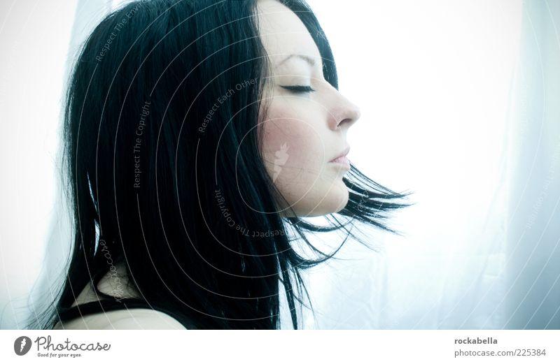 make me fly. Mensch Jugendliche schön blau Erholung kalt feminin Gefühle träumen Denken Erwachsene Zufriedenheit elegant ästhetisch Hoffnung