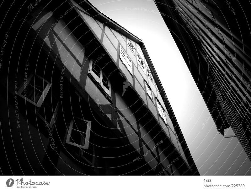 \ elegant Kleinstadt Bauwerk Gebäude Architektur Mauer Wand Fassade Fenster Dach Stein Holz ästhetisch authentisch Unendlichkeit gruselig historisch
