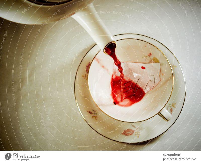 ego first flush weiß rot Bewegung retro Tee Geschirr Tasse Surrealismus Ernährung Perspektive füllen Lebensmittel eingießen Teekanne Teetrinken Teetasse