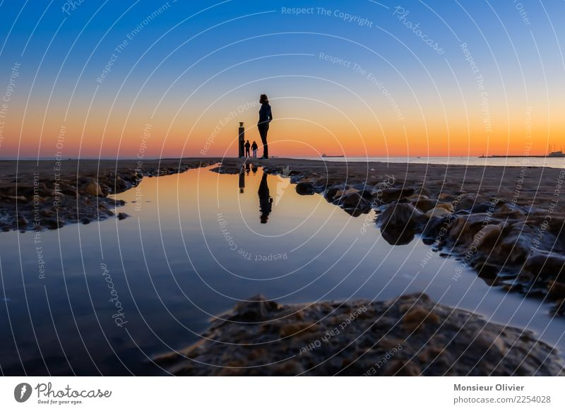 Sonnenuntergang am Pier con Cascais, Portugal Mensch 1 Wasser Himmel Nachthimmel Sonnenaufgang blau orange Romantik Reflexion & Spiegelung Anlegestelle Pfütze
