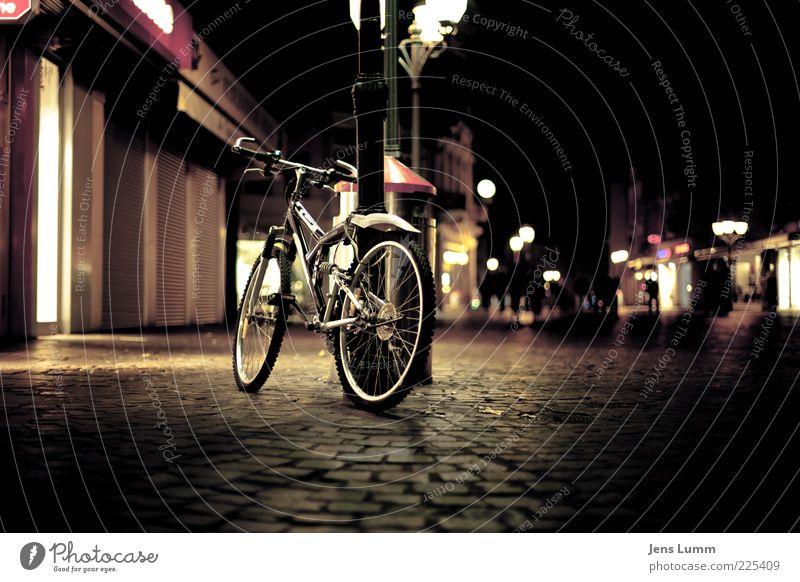 I left my Bike in El Segundo Stadt Stadtzentrum Fußgängerzone Haus braun gelb rot schwarz Laterne Müllbehälter Fahrrad parken Rad Lampe Kopfsteinpflaster