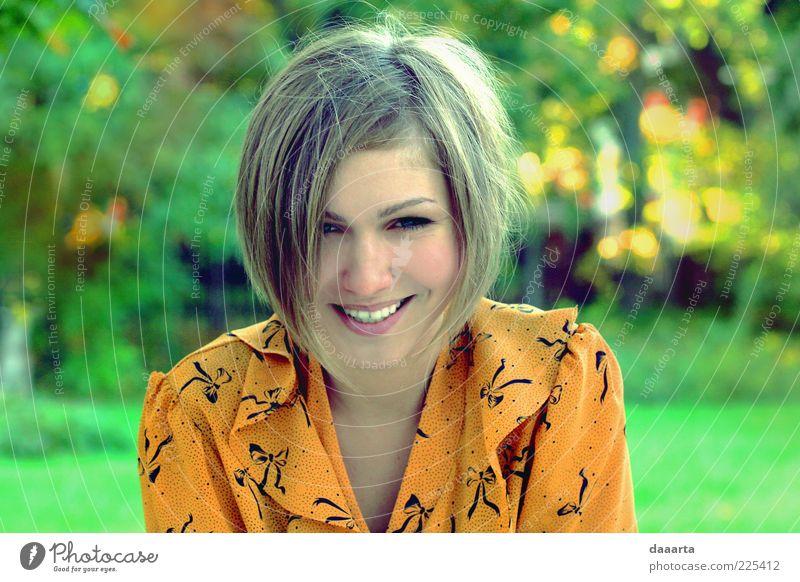 Frau Mensch Natur Jugendliche Erwachsene Gesicht Auge feminin Herbst Kopf Haare & Frisuren Garten Park Mund elegant Haut