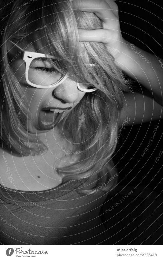 Mach 'n Mund zu, es stinkt Jugendliche schön Hand Junge Frau 18-30 Jahre Erwachsene Auge Traurigkeit außergewöhnlich Angst blond Nase Brille Zähne Wut