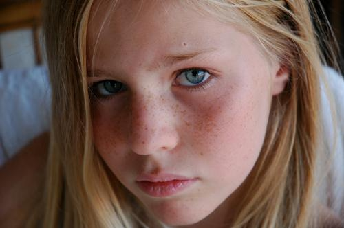 blue eyes schön Haare & Frisuren Haut Gesicht feminin Mädchen 1 Mensch 13-18 Jahre Kind Jugendliche blond langhaarig Traurigkeit authentisch Stimmung Farbfoto