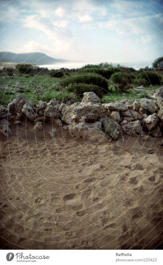 bis der wind sich dreht Landschaft Erde Sand Luft Wasser Himmel Wolken Pflanze Gras Sträucher Berge u. Gebirge Küste blau braun grün Fußspur Felsen Stein
