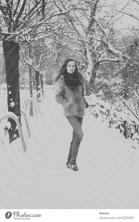 hey little girl Mensch feminin Junge Frau Jugendliche 1 Winter Schnee gehen Blick dünn grau weiß Schwarzweißfoto Außenaufnahme Tag Bewegungsunschärfe