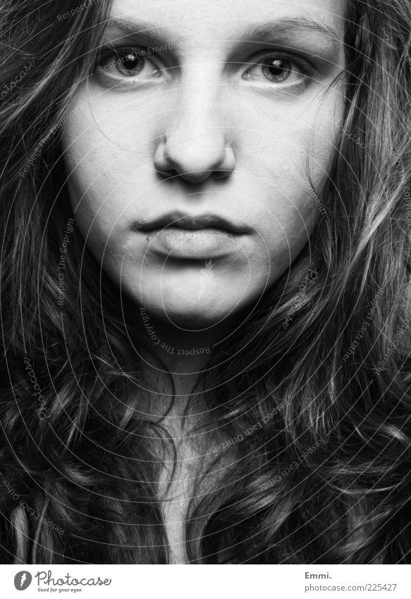 angesichts Mensch Jugendliche schön feminin Haare & Frisuren Mund Nase authentisch nah Mut stark Locken direkt langhaarig Willensstärke Junge Frau