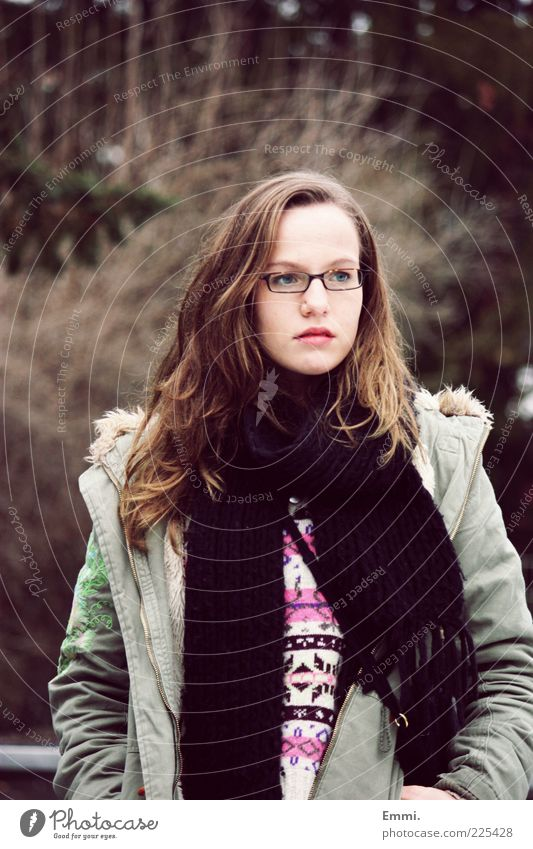weit weg Mensch Jugendliche grün feminin Denken braun frei Brille Jacke brünett Mantel langhaarig Frau Schal Junge Frau