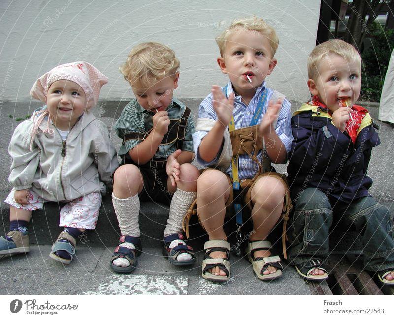 Die 4 Straßenkinder Mensch Umzug (Wohnungswechsel) Applaus staunen Schützenfest