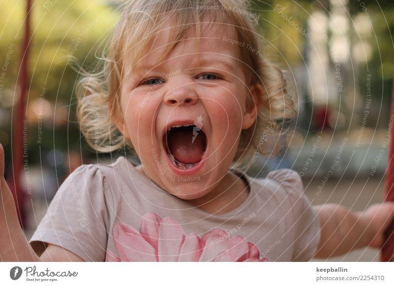 li_008 Kind Mensch Freude Mädchen natürlich feminin Spielen Kopf wild Park Kindheit blond T-Shirt Kindergarten schreien Locken