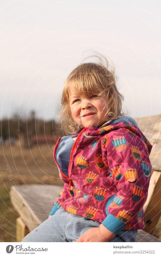 li_006 Spielen wandern Kindererziehung Kindergarten Mensch feminin Kleinkind Mädchen Kindheit 1 3-8 Jahre Umwelt Natur Park Feld Wald Jeanshose Jacke Stoff