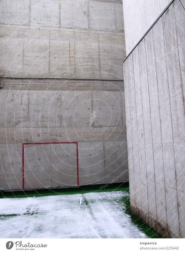 ... waende I... Häusliches Leben Ballsport Fußball Fußballplatz Umwelt Winter Haus Gebäude Architektur Mauer Wand Beton Zeichen kalt grau rot Stimmung