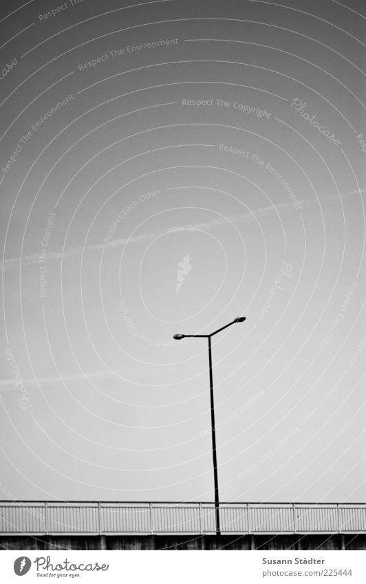 T Straße Wege & Pfade Brücke trist Laterne Geländer Straßenbeleuchtung Brückengeländer Anschnitt Wolkenloser Himmel Kondensstreifen Schwarzweißfoto