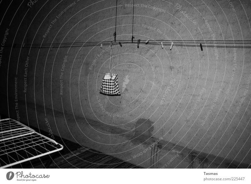 gallerie d'art moderne dunkel trist einfach hängen anstrengen Alltagsfotografie Wäscheleine Wäscheklammern Wäscheständer freihängend