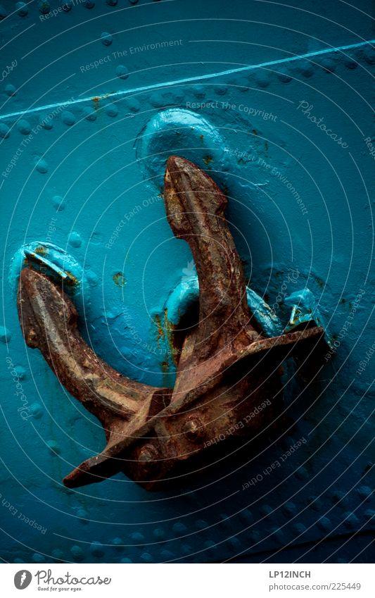 [KI09.1] A, hoi. Schifffahrt Wasserfahrzeug Anker Stahl blau Tradition maritim groß Nahaufnahme Detailaufnahme alt Farbfoto Außenaufnahme Menschenleer