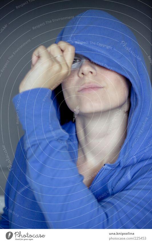 blue feminin Junge Frau Jugendliche Erwachsene 1 Mensch 18-30 Jahre Pullover Kapuze Lächeln Neugier blau verdeckt verstecken Farbfoto Innenaufnahme Tag Porträt