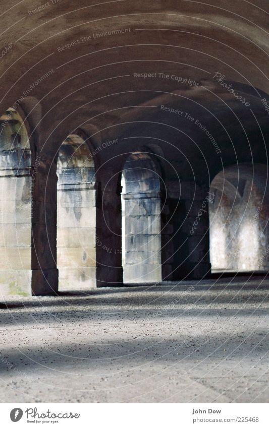 unter den arkaden alt ruhig Wand Architektur Mauer Fassade ästhetisch Bauwerk Denkmal Vergangenheit historisch Säule Sehenswürdigkeit Gang Bogen Torbogen