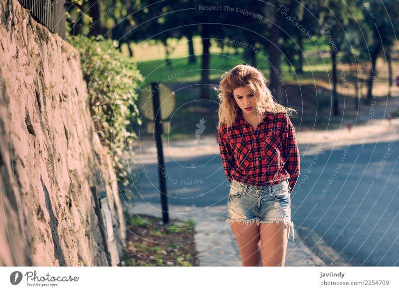 Schöne Frau mit dem langen blonden lockigen Haar. Lifestyle schön Haare & Frisuren Mensch feminin Junge Frau Jugendliche Erwachsene 1 18-30 Jahre Natur Herbst