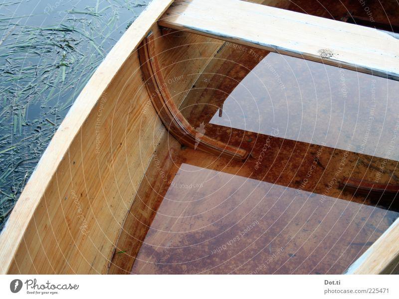 Leckrate Wasser See Holz bedrohlich nass Hoffnung Sorge Angst Todesangst Freizeit & Hobby undicht untergehen Wassereinbruch Ruderboot Wasserfahrzeug Sitzbank