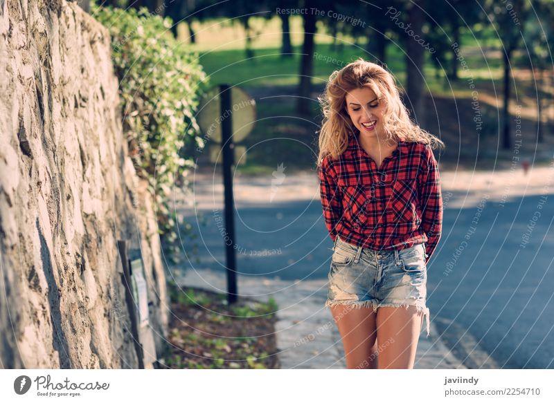 Blonde junge Frau mit toothy Lächeln Lifestyle Freude Glück schön Haare & Frisuren Erholung Mensch feminin Junge Frau Jugendliche Erwachsene 1 18-30 Jahre Natur