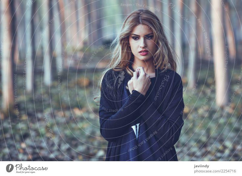 Durchdachte Frau allein in einem Pappelwald Mensch Jugendliche Junge Frau schön weiß Einsamkeit 18-30 Jahre Gesicht Erwachsene Herbst Traurigkeit Gefühle Denken