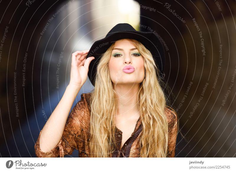 Tragendes Hemd und Hut des Mädchens im städtischen Hintergrund. Glück schön Haare & Frisuren Mensch feminin Junge Frau Jugendliche Erwachsene 1 18-30 Jahre
