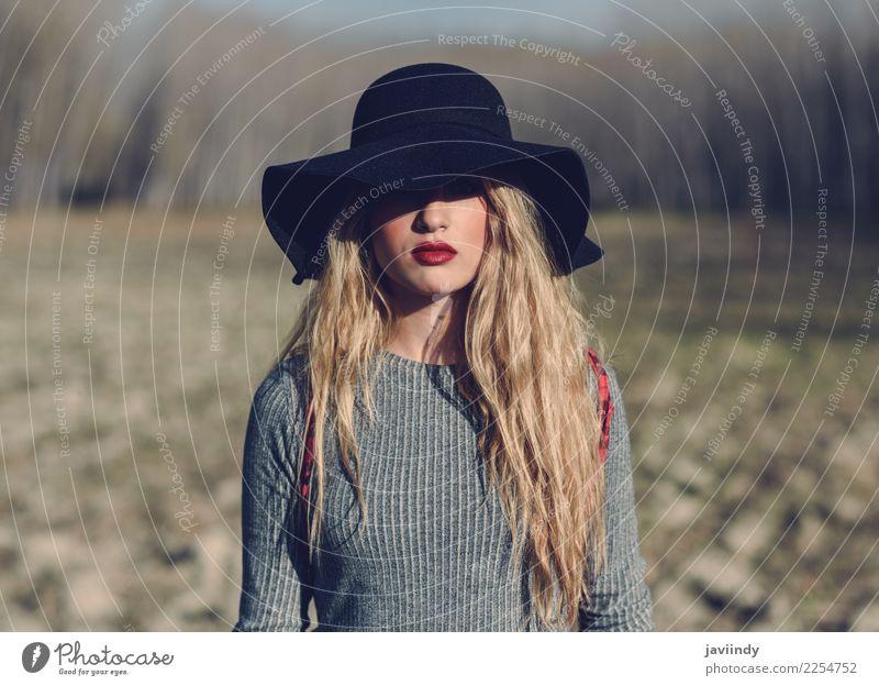 Junge blonde Frau mit Hut im ländlichen Hintergrund. Mensch Natur Jugendliche Junge Frau schön 18-30 Jahre Erwachsene natürlich feminin Haare & Frisuren Mode
