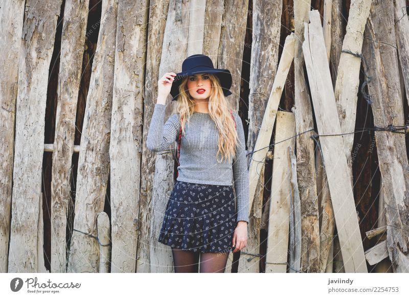 Junge blonde Frau im ländlichen Hintergrund. schön Haare & Frisuren Mensch feminin Junger Mann Jugendliche Erwachsene 1 18-30 Jahre Natur Mode Rock Pullover