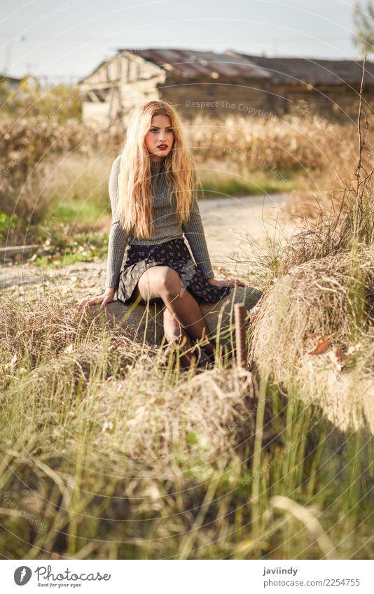 Schöne junge blonde Frau im ländlichen Hintergrund. schön Haare & Frisuren Mensch feminin Junge Frau Jugendliche Erwachsene 1 18-30 Jahre Natur Mode Rock