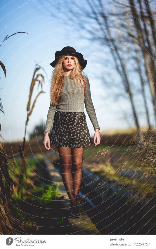 Schöne junge blonde Frau im ländlichen Hintergrund. schön Haare & Frisuren Mensch Junge Frau Jugendliche Erwachsene 1 18-30 Jahre Natur Mode Rock Pullover