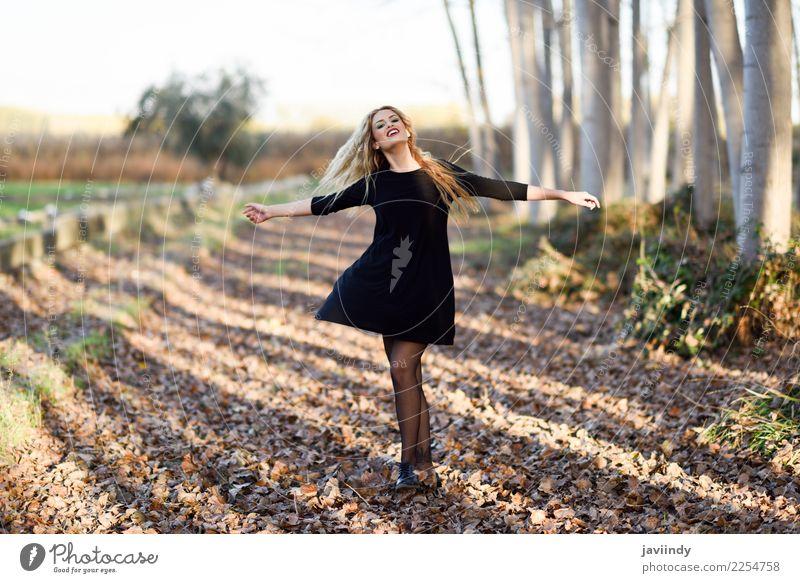 Junge blonde Frau tanzt im Pappelwald. Freude Glück schön Haare & Frisuren Mensch Erwachsene 1 18-30 Jahre Jugendliche Natur Herbst Mode natürlich weiß Gefühle