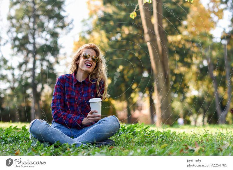 Trinkender Kaffee des blonden Mädchens im Park, der auf Gras sitzt Tee Lifestyle Freude Glück schön Haare & Frisuren Erholung Mensch feminin Junge Frau