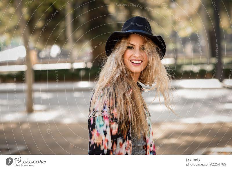 Lächelnde blonde Frau mit Hut im städtischen Hintergrund Glück schön Haare & Frisuren Mensch feminin Junge Frau Jugendliche Erwachsene 1 Herbst Park Straße Mode