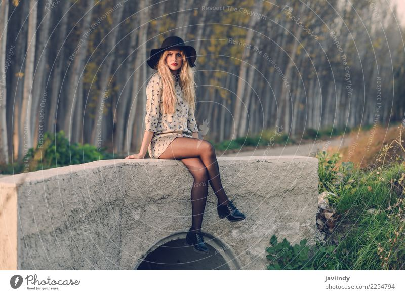 Blonde Frau mit dem lockigen Haar in einem tragenden Kleid der Landstraße Mensch Natur Jugendliche schön weiß 18-30 Jahre Erwachsene Herbst natürlich feminin