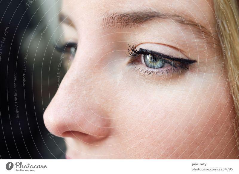 Auge der jungen Frau. Frau mit blauen Augen. schön Haut Schminke Mensch feminin Junge Frau Jugendliche Erwachsene Gesicht 1 18-30 Jahre natürlich grün weiß
