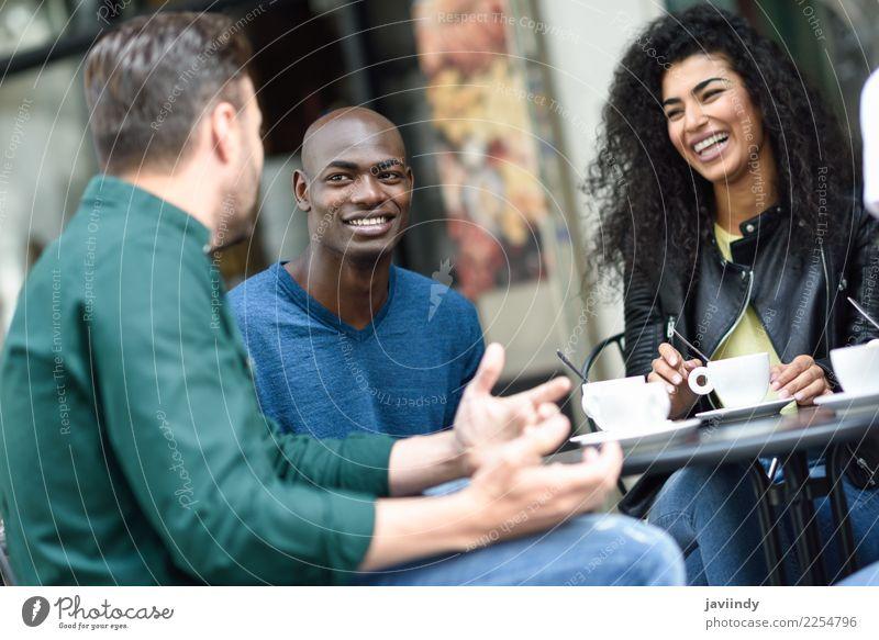 Mehrrassige Gruppe von drei Freunden bei einem Kaffee zusammen. Lifestyle kaufen Freude Glück schön Sommer Tisch Sitzung sprechen Mensch Junge Frau Jugendliche