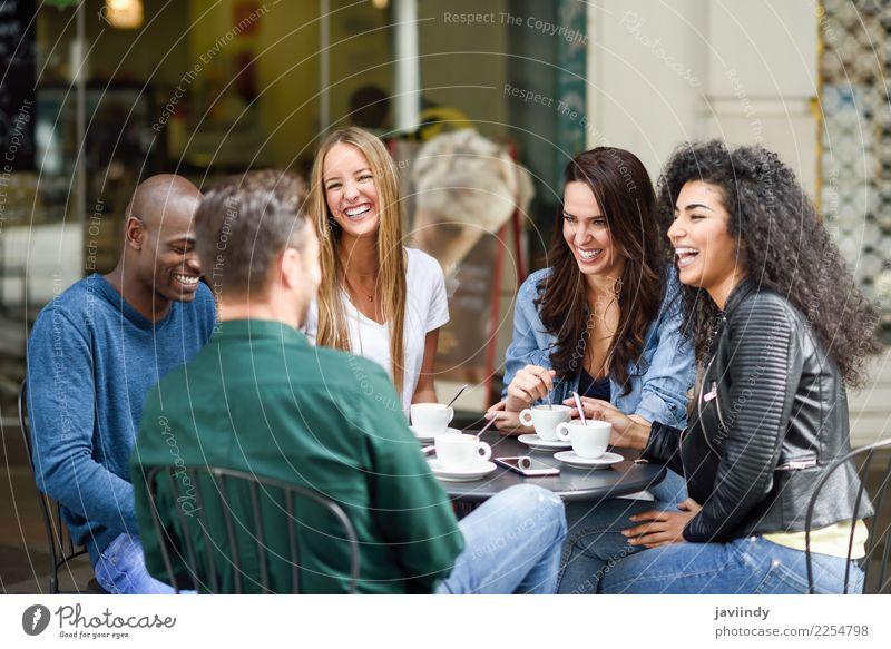 Mehrrassige Gruppe von fünf Freunden, die zusammen einen Kaffee trinken. Lifestyle kaufen Freude Glück schön Sommer Tisch Sitzung Mensch Junge Frau Jugendliche