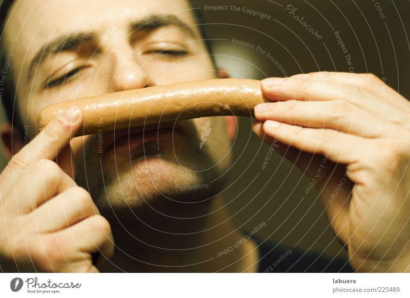 Wurstsommelier Lebensmittel Wurstwaren Würstchen Mann Erwachsene Hand Finger 1 Mensch Duft lecker Appetit & Hunger genießen Geruch Farbfoto Innenaufnahme