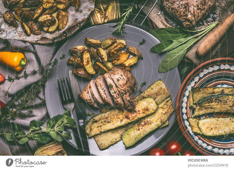 Gebratenes Fleisch, gebackene Kartoffeln und Gemüse Lebensmittel Salat Salatbeilage Kräuter & Gewürze Ernährung Mittagessen Abendessen Bioprodukte Geschirr