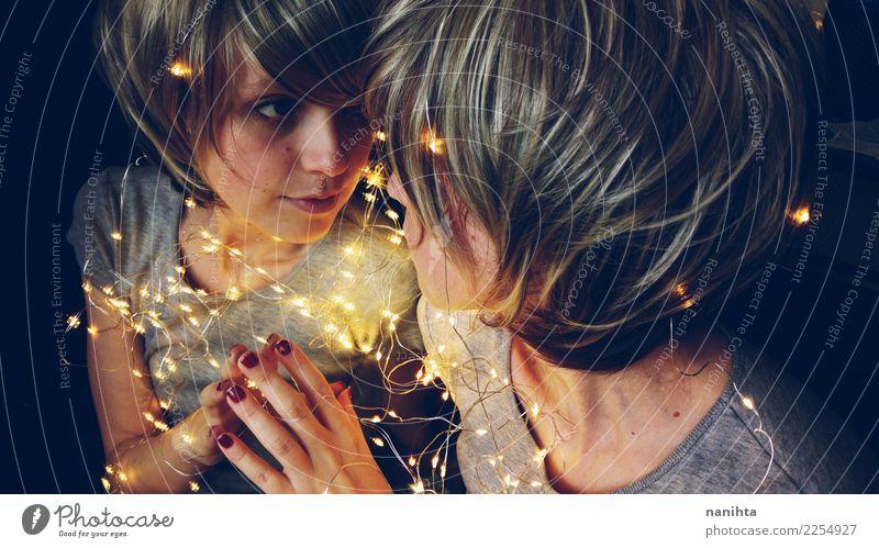 Junge Frau mit feenhaften Lichtern reflektierte sich in einem Spiegel Stil Freude Mensch feminin Jugendliche 1 2 18-30 Jahre Erwachsene T-Shirt blond kurzhaarig