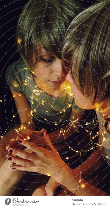 Die junge Frau, die durch Weihnachtslichter abgerundet wird, wird in einem Spiegel reflektiert Design Körper Haare & Frisuren Gesicht Feste & Feiern