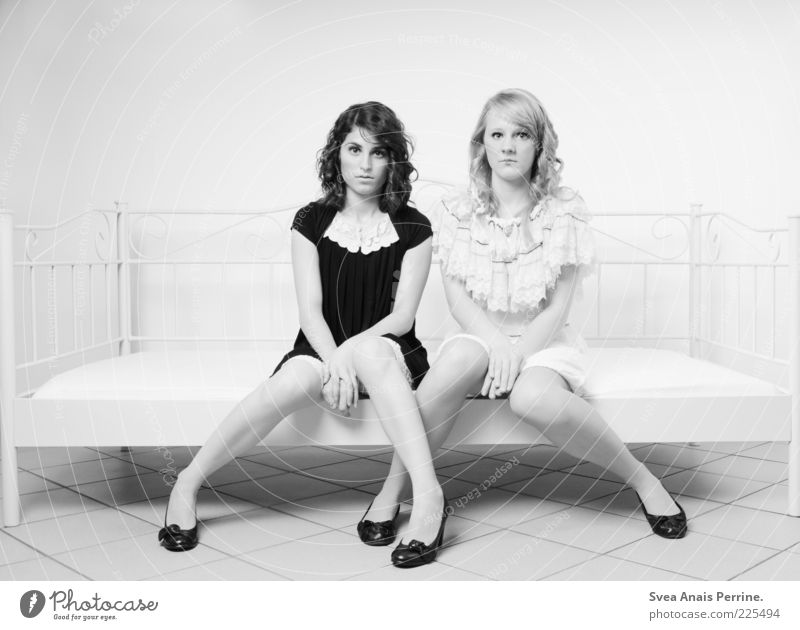 Puppen. Mensch Jugendliche schön Erwachsene feminin Haare & Frisuren Stil Beine Mode hell blond sitzen elegant einzigartig 18-30 Jahre Bett
