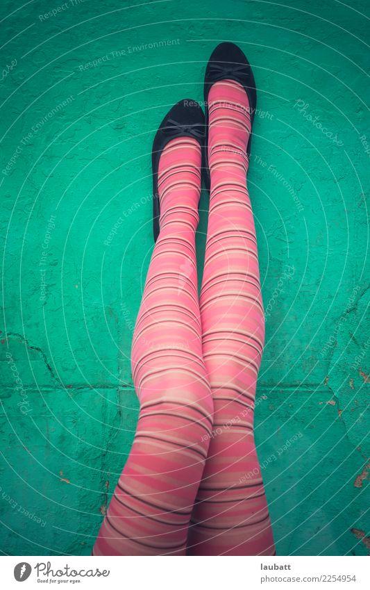 Mode Mädchen Beine hoch schön Wellness Massage Tanzen Tanzschule Junge Frau Jugendliche Fuß Jugendkultur Bekleidung Strümpfe Strumpfhose Schuhe Ballerina Diät