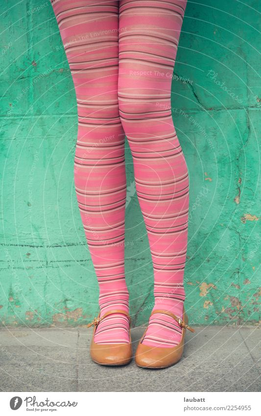 Rosa abgestreifte Strümpfe elegant Stil Junge Frau Jugendliche Beine Fuß Jugendkultur Mode Strumpfhose Schuhe Mary Jane Schuhe Fröhlichkeit frisch trendy lustig