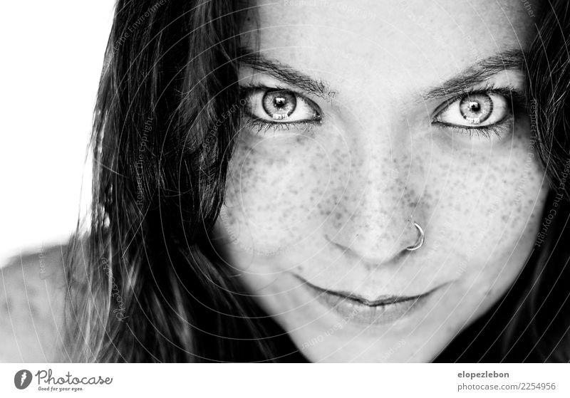 Brunettemädchen mit den Sommersprossen, die Sie betrachten schön Gesicht Frau Erwachsene Haare & Frisuren Auge Lippen 1 Mensch 30-45 Jahre Erotik Vertrauen