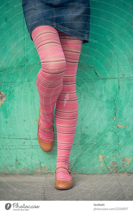 Jugendliche Junge Frau Stadt grün Freude Beine lustig feminin Stil Freiheit Fuß Mode rosa retro modern elegant